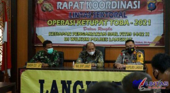 Foto : Kapolres Langkat AKBP Edi Suranta Sinulingga SIK, bersama Wakil Bupati Syah Afandin menggelar rapat di Mako Polres Langkat, Sabtu (01/05/2021)